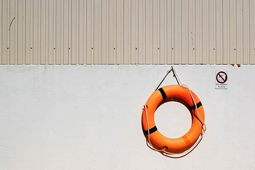 Koło ratunkowe wiszące nabetonowym nabrzeżu